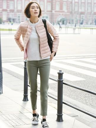 Как и с чем носить: розовая куртка-пуховик, белый свитшот, оливковые джинсы, черно-белые низкие кеды из плотной ткани