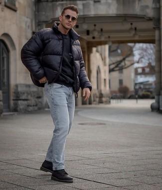 Мужские луки в холод: Если ты ценишь удобство и практичность, не обходи стороной дуэт черной куртки-пуховика и голубых рваных джинсов. Такой образ обретет новое прочтение в тандеме с черными кожаными повседневными ботинками.