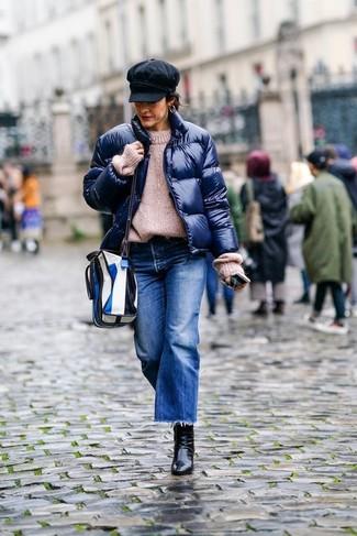 С чем носить темно-синие джинсовые брюки-кюлоты за 40 лет: Если ты ценишь удобство и функциональность, темно-синяя куртка-пуховик и темно-синие джинсовые брюки-кюлоты — классный вариант для стильного наряда на каждый день. Если говорить об обуви, черные кожаные ботильоны будут замечательным выбором.