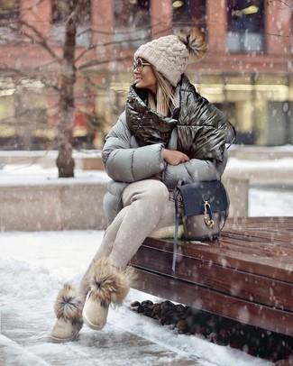 Как и с чем носить: серая куртка-пуховик, бежевые спортивные штаны, бежевые угги, серая кожаная сумка через плечо
