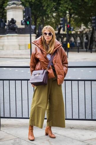 Как и с чем носить: табачная кожаная куртка-пуховик, белая футболка на пуговицах, оливковые брюки-кюлоты, светло-коричневые кожаные ботильоны