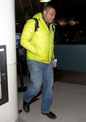 Как и с чем носить: зелено-желтая куртка-пуховик, черная футболка-поло, темно-синие джинсы, черные кожаные ботинки челси