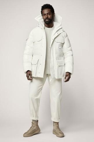 С чем носить куртку-пуховик мужчине: Куртка-пуховик и белые брюки чинос отлично впишутся в любой мужской образ — лёгкий будничный образ или же строгий вечерний. Весьма подходяще здесь будут выглядеть светло-коричневые повседневные ботинки из плотной ткани.