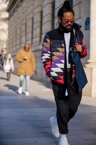 Мужские луки: Сочетание разноцветной куртки-пуховика и черных брюк чинос — незаезженный вариант для молодых людей, работающих в офисе. Заверши лук белыми кожаными низкими кедами, если боишься, что он получится слишком зализанным.