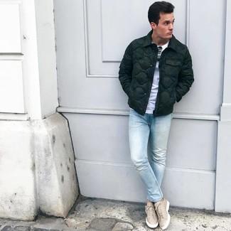 Как и с чем носить: темно-зеленая куртка-пуховик, белая футболка с круглым вырезом, голубые зауженные джинсы, бежевые кожаные низкие кеды