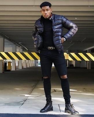 Темно-синяя куртка-пуховик: с чем носить и как сочетать мужчине: Сочетание темно-синей куртки-пуховика и черных рваных зауженных джинсов - самый простой из возможных образов для активного выходного дня. В сочетании с этим луком чудесно смотрятся черные кожаные высокие кеды.