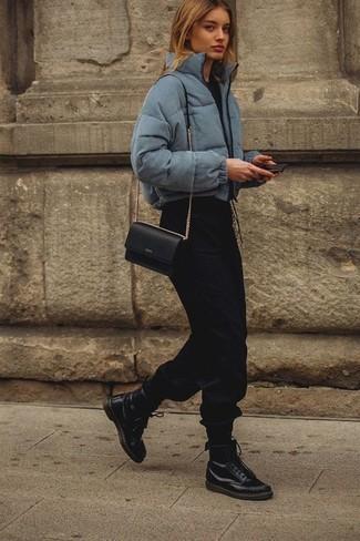 fa979462 Как и с чем носить: серая куртка-пуховик, черная футболка с круглым вырезом