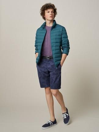 Как и с чем носить: темно-бирюзовая куртка-пуховик, пурпурная футболка с круглым вырезом, темно-синие шорты, темно-синие низкие кеды из плотной ткани