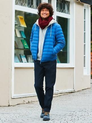 Как и с чем носить: синяя куртка-пуховик, серый худи, черные брюки карго, темно-синие замшевые повседневные ботинки