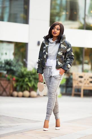 Как и с чем носить: оливковая куртка-пуховик с камуфляжным принтом, серый худи, белая классическая рубашка, серые спортивные штаны