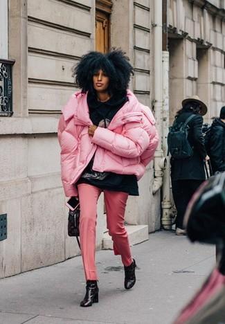 Как и с чем носить: розовая куртка-пуховик, черный худи с принтом, розовые классические брюки, черные кожаные ботильоны с принтом