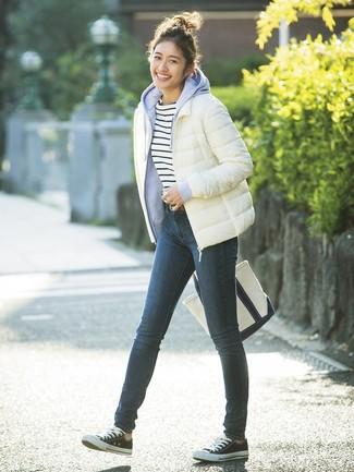 Как и с чем носить: белая куртка-пуховик, голубой худи, бело-темно-синяя футболка с круглым вырезом в горизонтальную полоску, темно-синие джинсы скинни