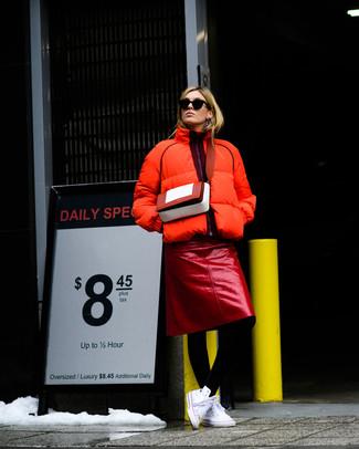С чем носить черные колготки: Сочетание оранжевой куртки-пуховика и черных колготок пользуется большой популярностью среди ценительниц практичных образов. Не прочь сделать лук немного изысканее? Тогда в качестве обуви к этому луку, выбери белые высокие кеды из плотной ткани.