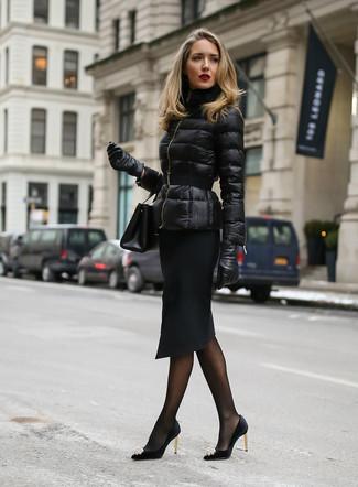 Как и с чем носить: черная куртка-пуховик, черная юбка-карандаш, черные сатиновые туфли с украшением, черный кожаный клатч