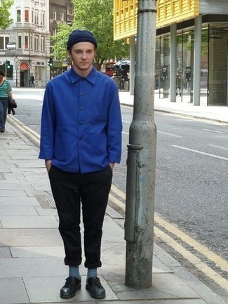 Темно-синяя шапка: с чем носить и как сочетать мужчине: Если этот день тебе предстоит провести в движении, сочетание синей куртки-рубашки и темно-синей шапки поможет создать удобный лук в стиле кэжуал. И почему бы не добавить в этот образ на каждый день толику изысканности с помощью черных кожаных туфель дерби?