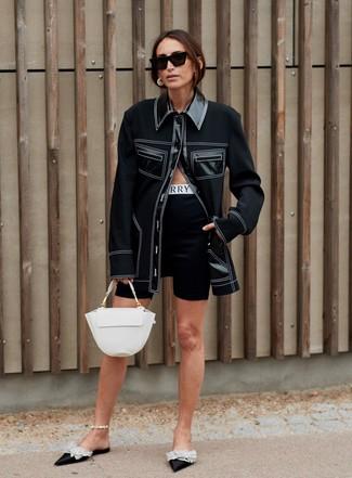 Как и с чем носить: черная куртка-рубашка, черные велосипедки, черные сатиновые сабо с украшением, белая кожаная сумка-саквояж