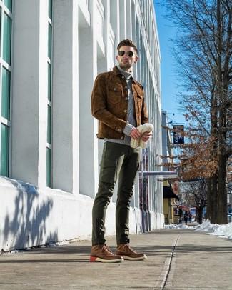 Как и с чем носить: коричневая замшевая куртка-рубашка, серая вязаная водолазка, темно-зеленые брюки карго, коричневые кожаные ботинки броги