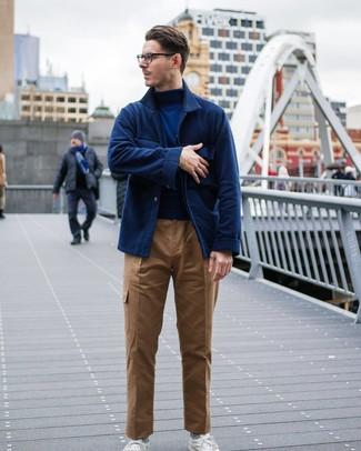 Как и с чем носить: темно-синяя шерстяная куртка-рубашка, темно-синяя водолазка, светло-коричневые брюки карго, белые низкие кеды