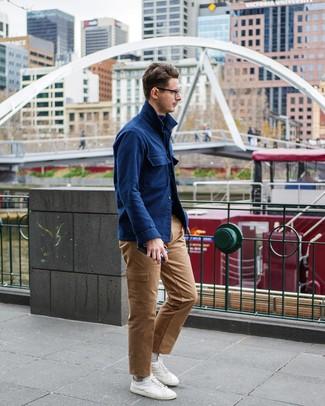 Бежевые носки: с чем носить и как сочетать мужчине: Стильное сочетание темно-синей шерстяной куртки-рубашки и бежевых носков подойдет для тех случаев, когда комфорт ценится превыше всего. Хотел бы сделать ансамбль немного строже? Тогда в качестве обуви к этому ансамблю, обрати внимание на белые низкие кеды.