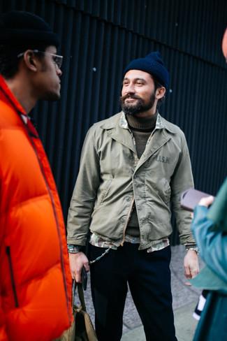 Как и с чем носить: оливковая куртка-рубашка, оливковая водолазка, черные брюки чинос, темно-синяя шапка