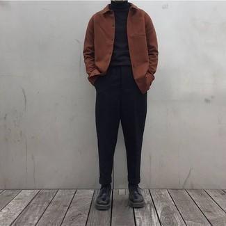 Черные брюки чинос: с чем носить и как сочетать: Составив лук из коричневой куртки-рубашки и черных брюк чинос, получишь подходящий мужской лук для неофициальных мероприятий после работы. Хотел бы привнести сюда нотку классики? Тогда в качестве дополнения к этому ансамблю, стоит обратить внимание на черные кожаные туфли дерби.