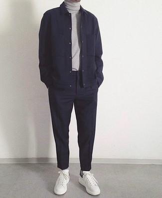 Темно-синие брюки чинос: с чем носить и как сочетать: Согласись, ансамбль из темно-синей шерстяной куртки-рубашки и темно-синих брюк чинос смотрится очень модно? Заверши лук белыми кожаными низкими кедами, если не хочешь, чтобы он получился слишком зализанным.