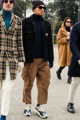 Черная вельветовая куртка-рубашка: с чем носить и как сочетать мужчине: Черная вельветовая куртка-рубашка и табачные вельветовые брюки чинос помогут составить нескучный мужской лук для офиса. Этот образ выгодно дополнят разноцветные кроссовки.