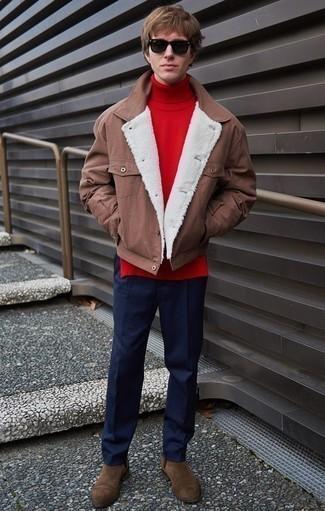 Коричневые замшевые ботинки челси: с чем носить и как сочетать мужчине: Когда не представляешь, в чем пойти на учебу или на работу, коричневая куртка-рубашка и темно-синие брюки чинос — беспроигрышный вариант. Думаешь привнести сюда нотку строгости? Тогда в качестве обуви к этому луку, выбирай коричневые замшевые ботинки челси.