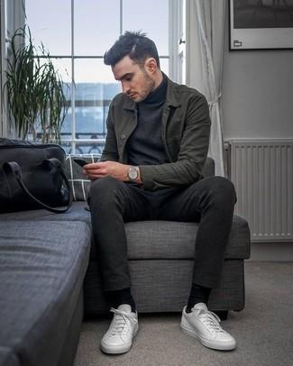 Темно-серая водолазка: с чем носить и как сочетать мужчине: Темно-серая водолазка и темно-серые брюки чинос — хороший выбор, если ты хочешь составить простой, но в то же время стильный мужской образ. Этот лук стильно завершат белые кожаные низкие кеды.
