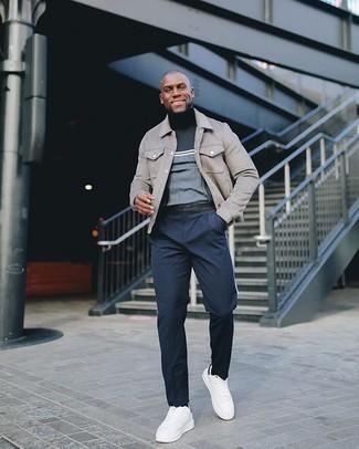 С чем носить серую куртку-рубашку мужчине: Если не представляешь, что надеть на учебу или на работу, серая куртка-рубашка и темно-синие брюки чинос — отличный выбор. Такой лук несложно приспособить к повседневным условиям городской жизни, если закончить его бело-черными низкими кедами из плотной ткани.