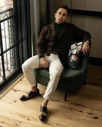 С чем носить темно-зеленую водолазку мужчине: В темно-зеленой водолазке и белых брюках чинос можно пойти на свидание в расслабленной обстановке или провести выходной, когда в планах культурное мероприятие без дресс-кода. Почему бы не добавить в этот образ на каждый день немного консерватизма с помощью темно-коричневых кожаных монок с двумя ремешками?