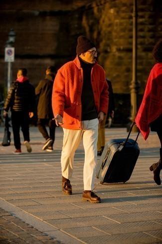 Мужские луки в стиле смарт-кэжуал: Оранжевая куртка-рубашка и белые вельветовые брюки чинос позволят создать незаезженный мужской образ для офиса. Пара темно-коричневых кожаных ботинок дезертов позволит сделать лук более цельным.
