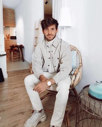 Как и с чем носить: бежевая куртка-рубашка, белая водолазка, белые джинсы, белые кроссовки