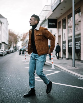 Как и с чем носить: коричневая куртка-рубашка, черная водолазка, синие рваные джинсы, черные кожаные туфли дерби