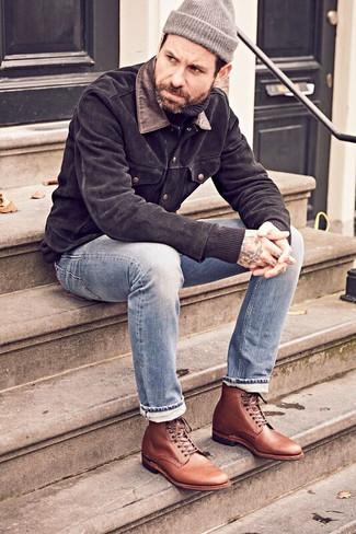 Серая шапка: с чем носить и как сочетать мужчине: Сочетание черной замшевой куртки-рубашки и серой шапки - очень практично, и поэтому отлично подходит для создания беззаботного повседневного  образа. Почему бы не привнести в повседневный образ немного изысканности с помощью коричневых кожаных классических ботинок?