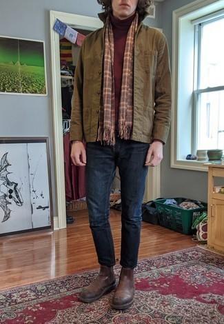 Мужские луки в теплую погоду: Комбо из оливковой куртки-рубашки и темно-синих джинсов позволит выразить твой личный стиль и выгодно выделиться из серой массы. Любители свежих идей могут закончить ансамбль коричневыми кожаными ботинками челси, тем самым добавив в него толику строгости.