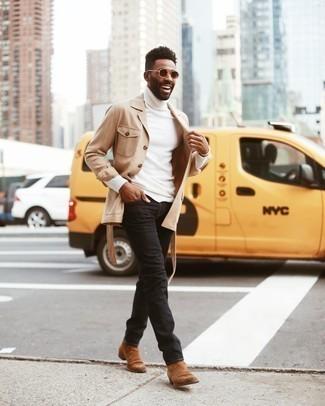 С чем носить коричневые замшевые ботинки челси мужчине: Если ты ценишь удобство и практичность, обрати внимание на образ из светло-коричневой куртки-рубашки и черных джинсов. Этот ансамбль легко получает свежее прочтение в паре с коричневыми замшевыми ботинками челси.