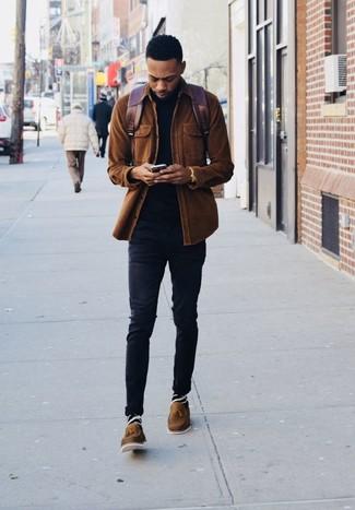 Коричневые кожаные лоферы с кисточками: с чем носить и как сочетать: Коричневая вельветовая куртка-рубашка и черные зауженные джинсы великолепно вписываются в гардероб самых требовательных молодых людей. Теперь почему бы не добавить в этот лук на каждый день чуточку стильной строгости с помощью коричневых кожаных лоферов с кисточками?