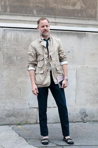 Белая классическая рубашка: с чем носить и как сочетать мужчине: Несмотря на то, что это довольно-таки консервативный ансамбль, сочетание белой классической рубашки и темно-синих классических брюк всегда будет по вкусу джентльменам, но также покоряет при этом сердца дамского пола. Если сочетание несочетаемого импонирует тебе не меньше, чем проверенная классика, заверши свой лук разноцветными эспадрильями из плотной ткани.