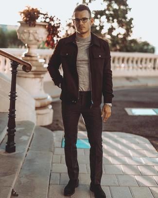 Как и с чем носить: черная шерстяная куртка-рубашка, серая водолазка, темно-серые шерстяные классические брюки, черные замшевые ботинки дезерты