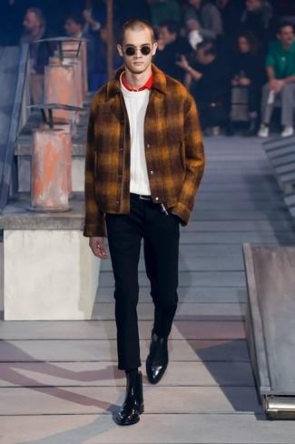 Как и с чем носить: табачная шерстяная куртка-рубашка, белый вязаный свитер, красная футболка-поло, черные брюки чинос