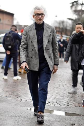 Модный лук: темно-синяя куртка-рубашка, серый двубортный пиджак в шотландскую клетку, черная водолазка, темно-синие брюки чинос