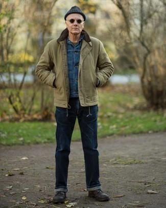 Мужские луки: Оливковая куртка-рубашка и темно-синие джинсы прочно обосновались в гардеробе многих молодых людей, помогая составлять запоминающиеся и стильные образы. В тандеме с этим образом наиболее уместно будут выглядеть темно-коричневые кожаные повседневные ботинки.