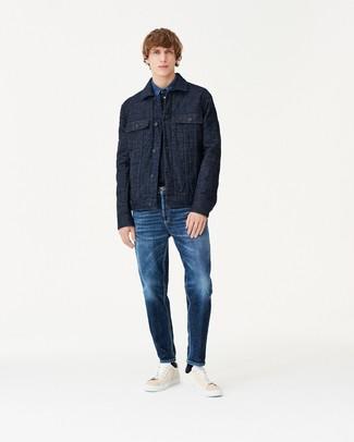 Модный лук: темно-синяя стеганая куртка-рубашка, синяя джинсовая рубашка, темно-синие джинсы, бежевые кожаные низкие кеды