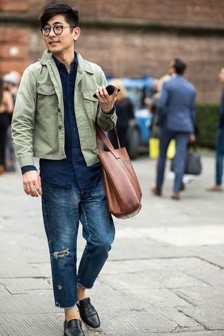 Как и с чем носить: оливковая куртка-рубашка, темно-синяя джинсовая рубашка в вертикальную полоску, темно-синие рваные джинсы, черные кожаные лоферы