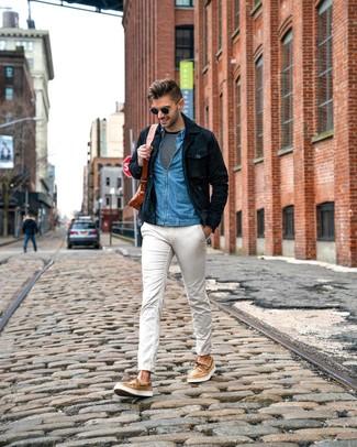 Как и с чем носить: темно-синяя замшевая куртка-рубашка, синяя джинсовая рубашка, черно-белая футболка с длинным рукавом в горизонтальную полоску, белые брюки чинос