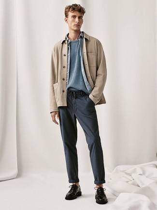 Черные кожаные туфли дерби: с чем носить и как сочетать: Светло-коричневая куртка-рубашка и темно-синие брюки чинос выигрышно впишутся в любой мужской образ — небрежный будничный образ или же утонченный вечерний. Хотел бы сделать образ немного элегантнее? Тогда в качестве дополнения к этому ансамблю, обрати внимание на черные кожаные туфли дерби.