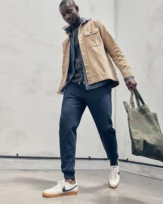 Серая футболка с круглым вырезом: с чем носить и как сочетать мужчине: Серая футболка с круглым вырезом и светло-коричневая куртка-рубашка — выбирай этот выбор, если не боишься находиться в центре внимания. Ты можешь легко приспособить такой ансамбль к повседневным делам, надев бело-темно-синими низкими кедами из плотной ткани.