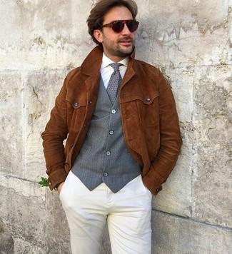 Как и с чем носить: табачная замшевая куртка-рубашка, серый жилет, белая классическая рубашка, бежевые брюки чинос