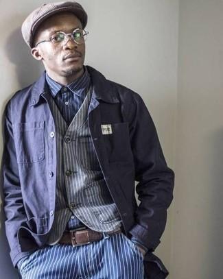 Как и с чем носить: темно-синяя куртка-рубашка, серый жилет в вертикальную полоску, темно-сине-белая рубашка с длинным рукавом в вертикальную полоску, синие джинсы в вертикальную полоску